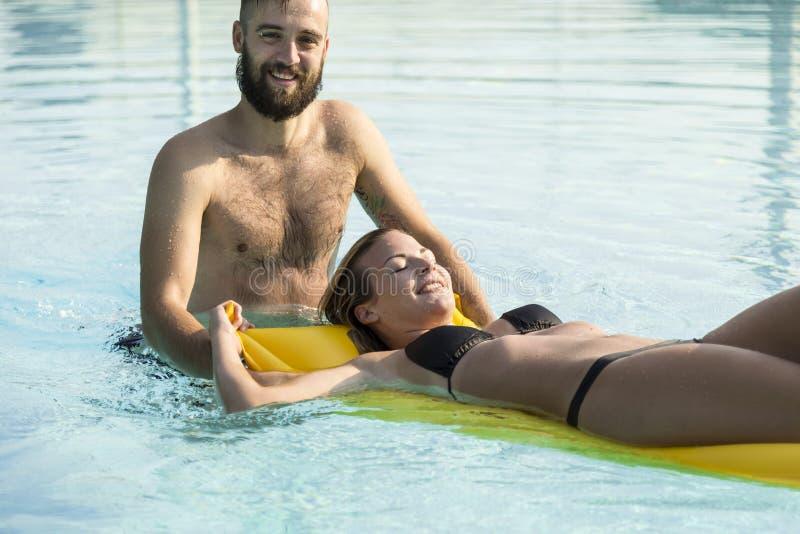 Spaß am Swimmingpool stockfoto