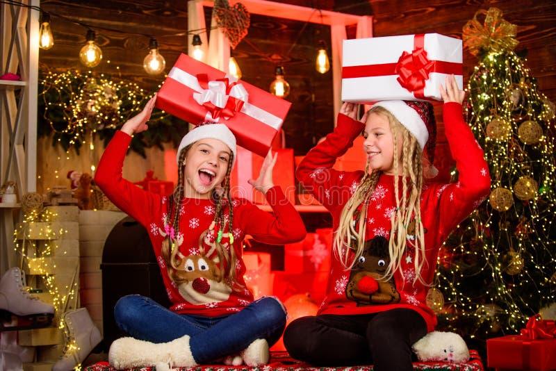Spaß und Beifall Kinder frohe Weihnachtsabende Geschenke teilen Sharing-Fähigkeit Großzügigkeit Weihnachtsgeschenke lizenzfreie stockfotos