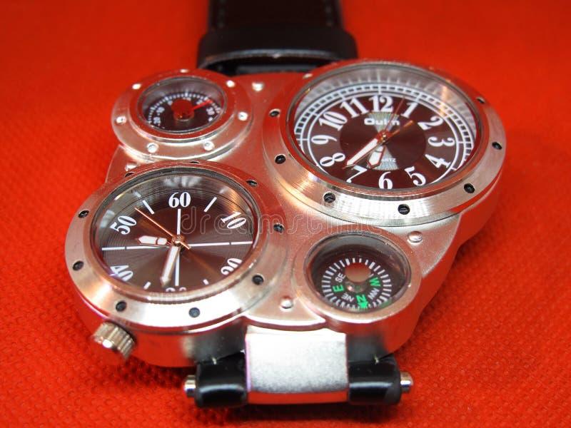 Spaß und moderne Armbanduhr im Studio lizenzfreies stockbild