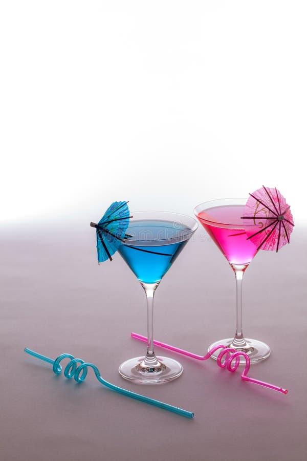 Spaßferien-Parteigetränke Rosa und blaue Cocktailgläser mit lizenzfreie stockfotos