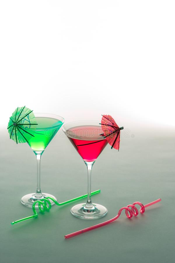 Spaßferien-Parteigetränke Rote und grüne Cocktailgläser mit lizenzfreie stockbilder