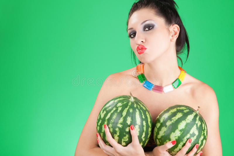 Spaßfrau mit Wassermelonen stockfotos