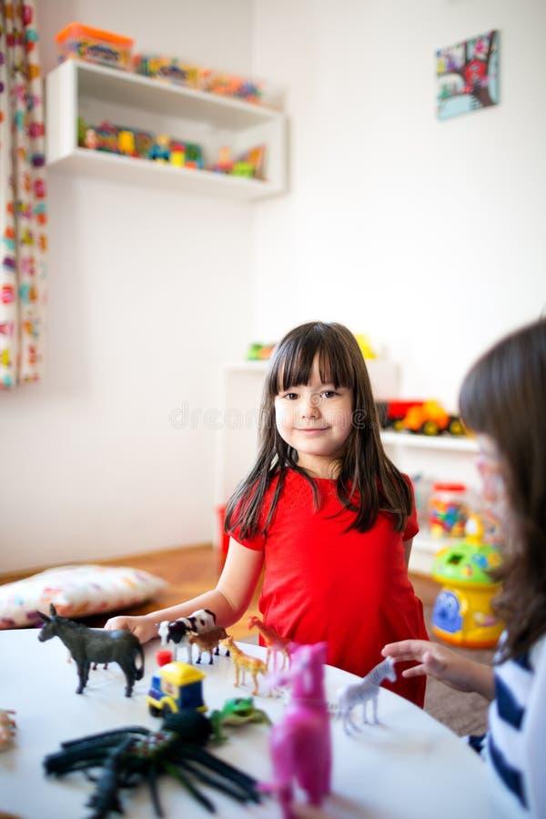 Spaßspiel im Kindergarten stockfotos