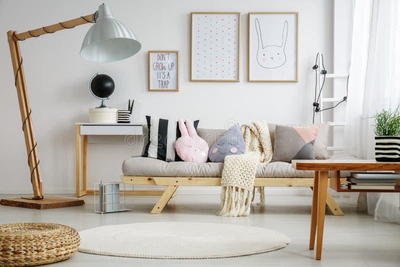 Spaßwohnzimmer für Kind stockbilder