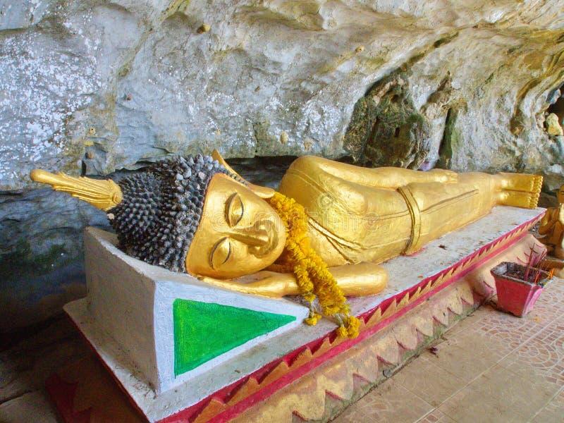 Spać Buddha rzeźbę w jamie, podróż w Vang Viang Cit zdjęcia stock