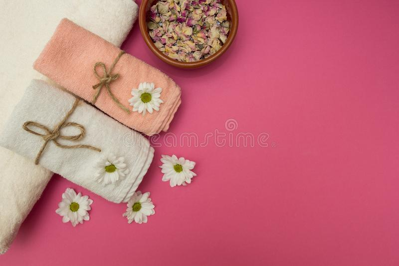 SPA και wellness που θέτουν με τα λουλούδια και τις πετσέτες στοκ εικόνα με δικαίωμα ελεύθερης χρήσης