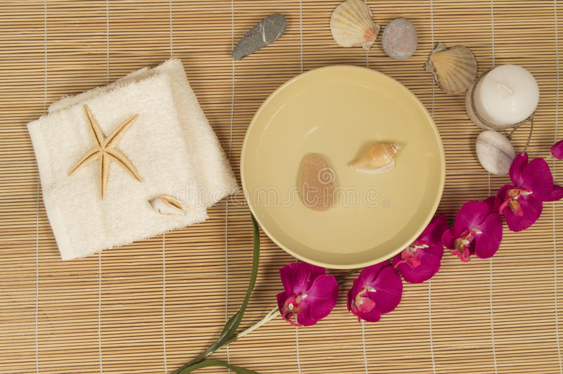 SPA και Wellness που θέτουν με τις φυσικές πέτρες εξαρτημάτων, πετσέτα, ορχιδέα στοκ φωτογραφία με δικαίωμα ελεύθερης χρήσης
