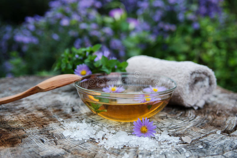 SPA και wellness που θέτουν με το άλας θάλασσας, ουσία πετρελαίου, λουλούδια και στοκ εικόνες