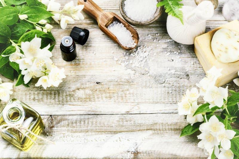 SPA που θέτει με jasmine τα λουλούδια και το ουσιαστικό πετρέλαιο Wellness con στοκ εικόνα