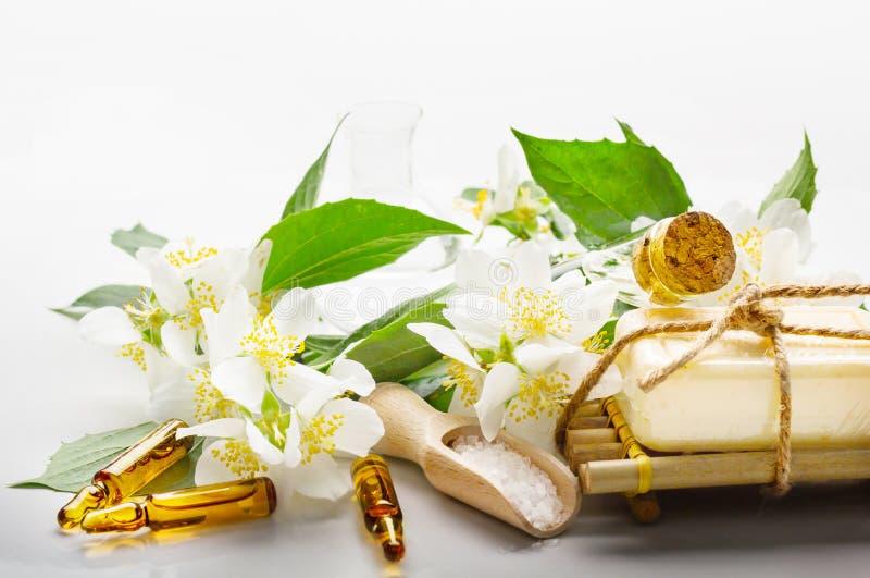 SPA που θέτει με jasmine το ουσιαστικό πετρέλαιο και τα λουλούδια στοκ φωτογραφία