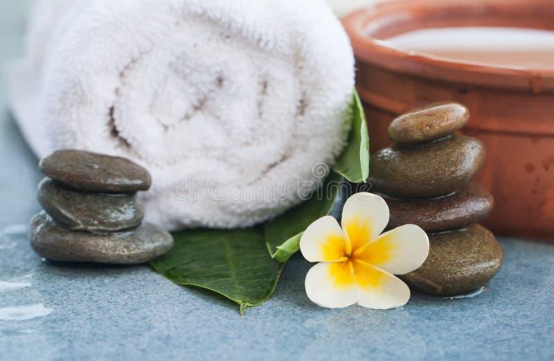 Spa anmärker med bunken för kopplar av massage royaltyfria bilder