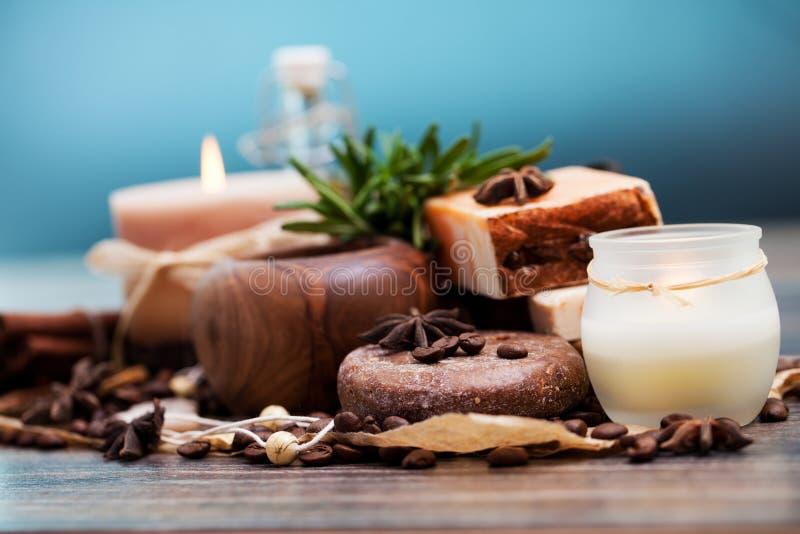 SPA begrepp: handgjord tvål med kaffebönor, kanel och anis arkivfoto