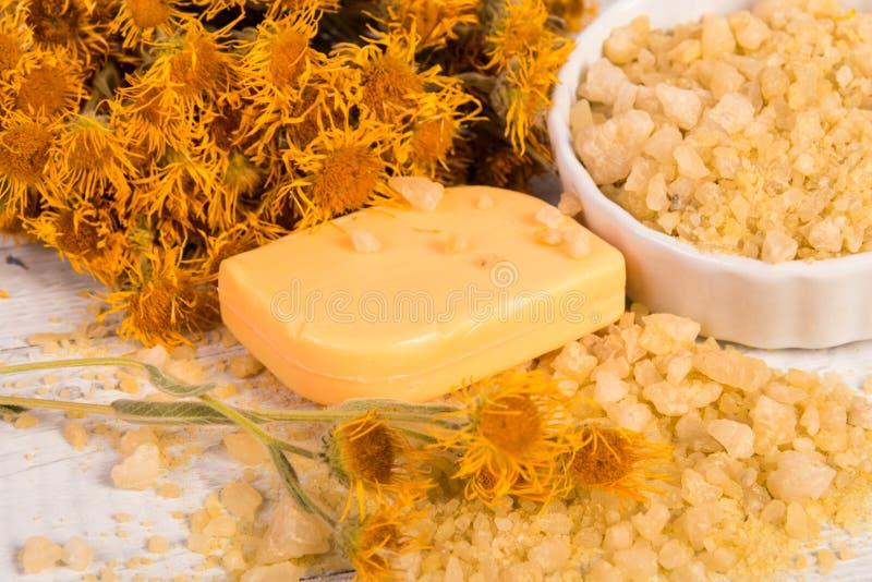 SPA begrepp: naturligt hav som är salt med örter och blommor, organisk handgjord tvål royaltyfri foto