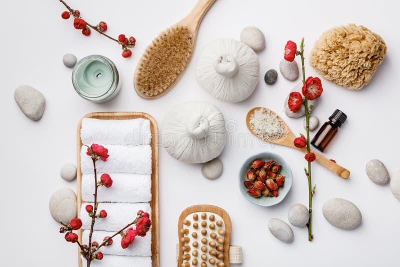 Spa behandlingbegrepp, plan lekmanna- sammansättning med naturliga kosmetiska produkter och massageborstar arkivfoto