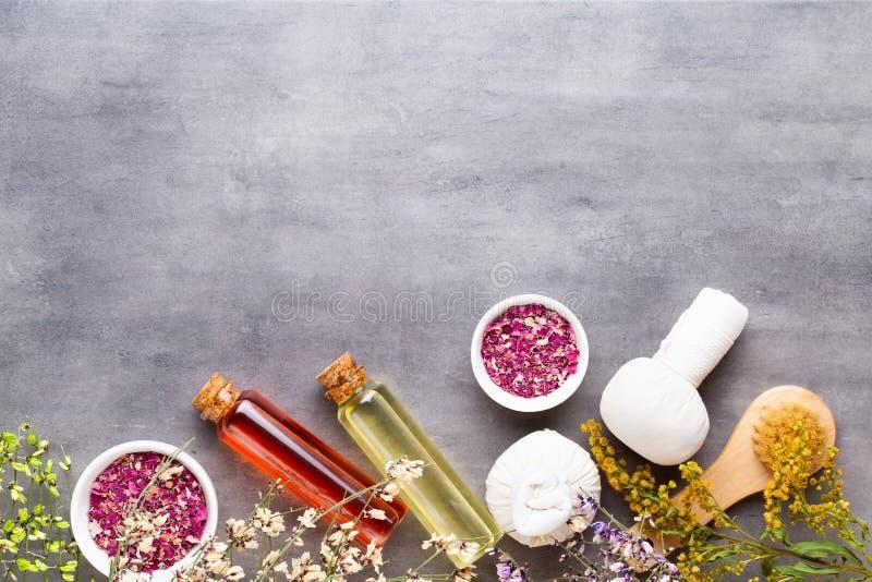 Spa behandlingbegrepp, plan lekmanna- sammansättning med naturliga kosmetiska produkter och massageborste, sikt från ovannämnt to arkivfoton