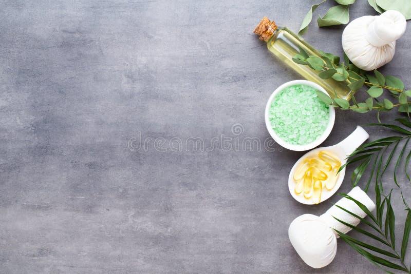 Spa behandlingbegrepp, plan lekmanna- sammansättning med naturliga kosmetiska produkter och massageborste, sikt från ovannämnt to royaltyfri fotografi