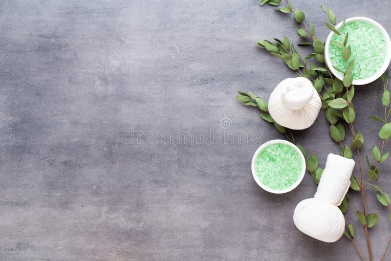 Spa behandlingbegrepp, plan lekmanna- sammansättning med naturliga kosmetiska produkter och massageborste, sikt från ovannämnt to arkivbilder