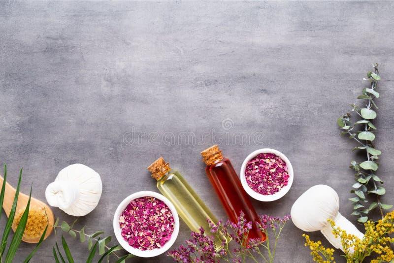 Spa behandlingbegrepp, plan lekmanna- sammansättning med naturliga kosmetiska produkter och massageborste, sikt från ovannämnt to royaltyfria bilder