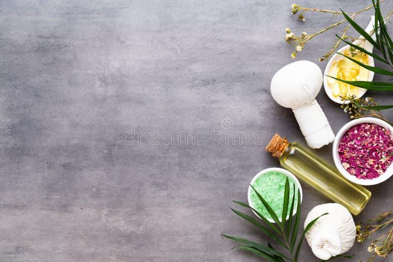 Spa behandlingbegrepp, plan lekmanna- sammans?ttning med naturliga kosmetiska produkter och massageborste, sikt fr?n ovann?mnt to arkivbilder