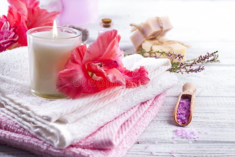 Spa blommor och stearinljus arkivbild