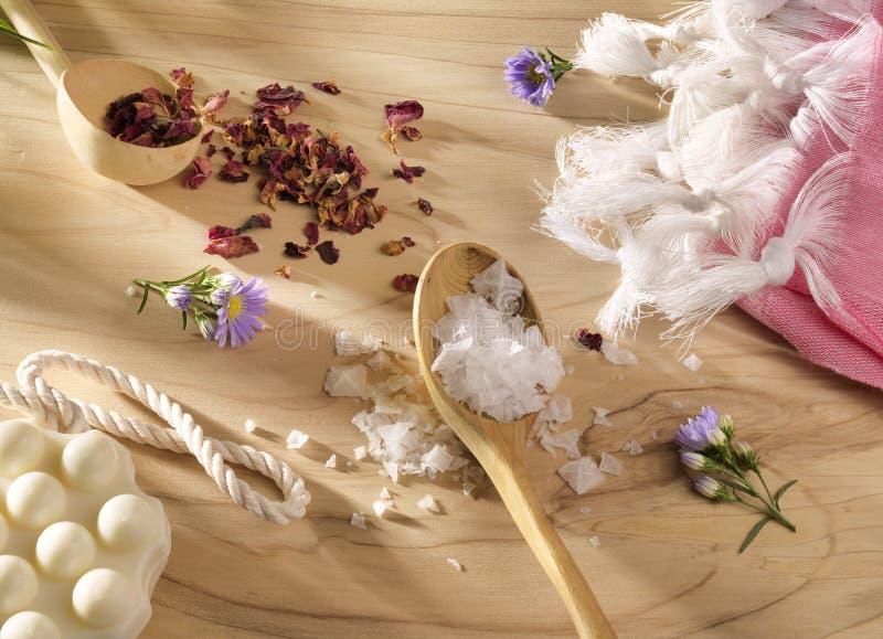 Spa eller Wellnesshandduk med tvål och torkade blommor på trä royaltyfri bild