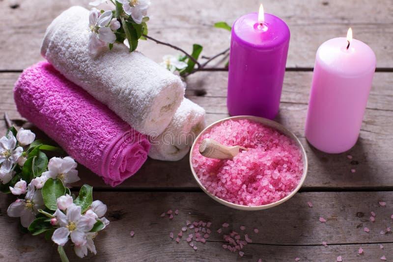 Spa eller wellnessinställning Hav som är salt i bunken, handdukar, stearinljus och arkivfoto