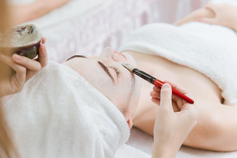 Spa för hud för maskering för skönhetkvinnaframsida skönhetsmedel arkivbilder