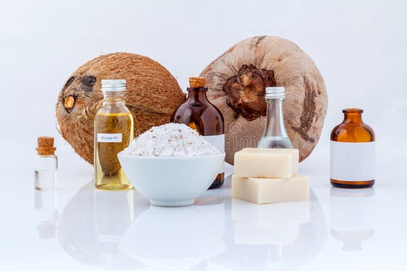 Spa för nödvändiga oljor för kokosnöten skurar naturliga ingredienser för arkivbild