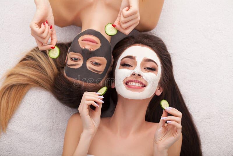 Spa Gruppkvinna som får den ansikts- maskeringen, och skvaller royaltyfria foton