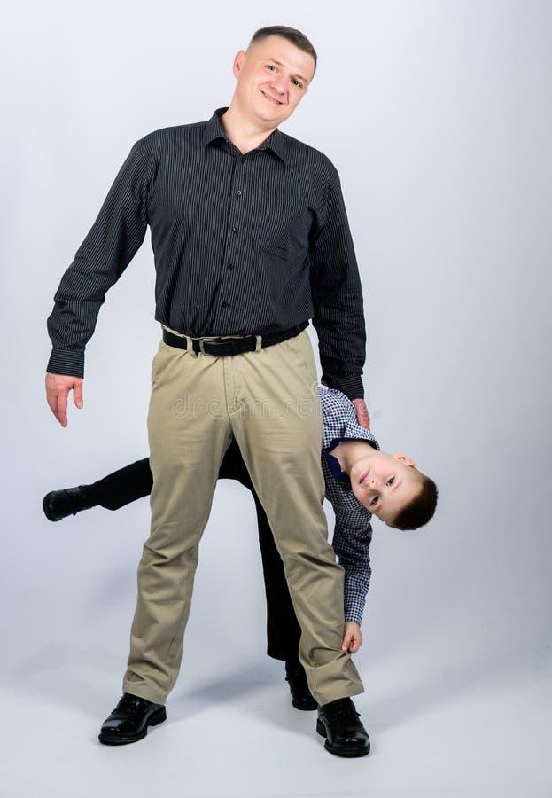 Spa? haben Gl?ckliches Kind mit Vater Teilhaber kindheit Vertrauen und Werte Dieses ist Datei des Formats EPS10 Familientag Vater stockfotos