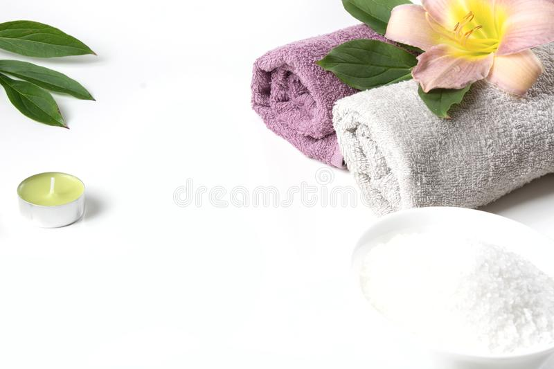 Spa inställning av handduken, blomma, kaffebönor på vit bakgrund med kopieringsutrymme relax arkivfoton
