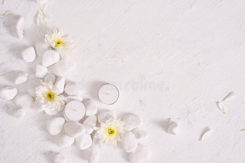Spa inställning med den vita blomman, stearinljus på stentabellen royaltyfria foton