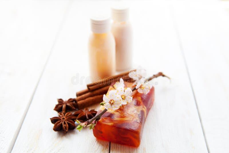 Spa inställning med flaskor för handdukkroppkräm arkivfoton