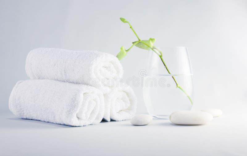 Spa inställning med handdukar arkivfoton