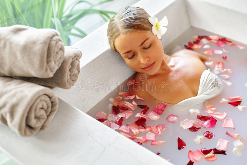 Spa kopplar av blommabadet Kvinnahälsa, skönhetbehandling, kroppomsorg fotografering för bildbyråer