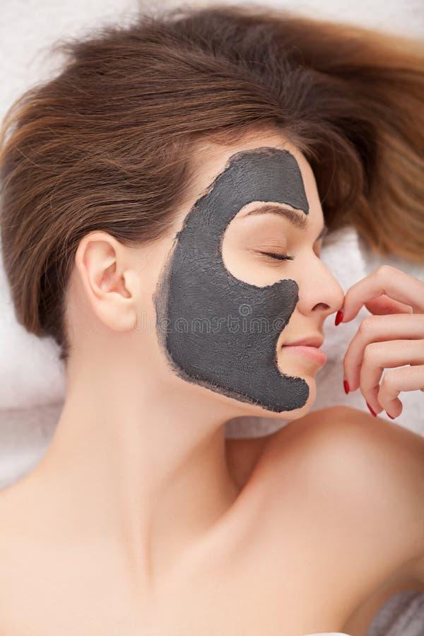 Spa Kosmetisk maskering för process av massagen och ansiktsbehandlingar i skönhetsalo arkivfoton