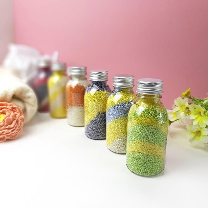 Spa kosmetiska flaskor och att bada behandling p fotografering för bildbyråer