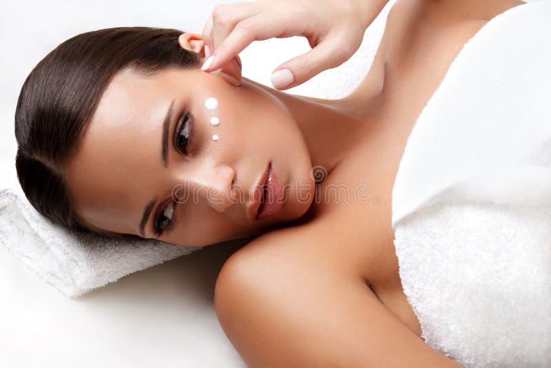 Spa kvinna. Närbild av en ung kvinna som får Spa behandling. Cosm royaltyfri fotografi