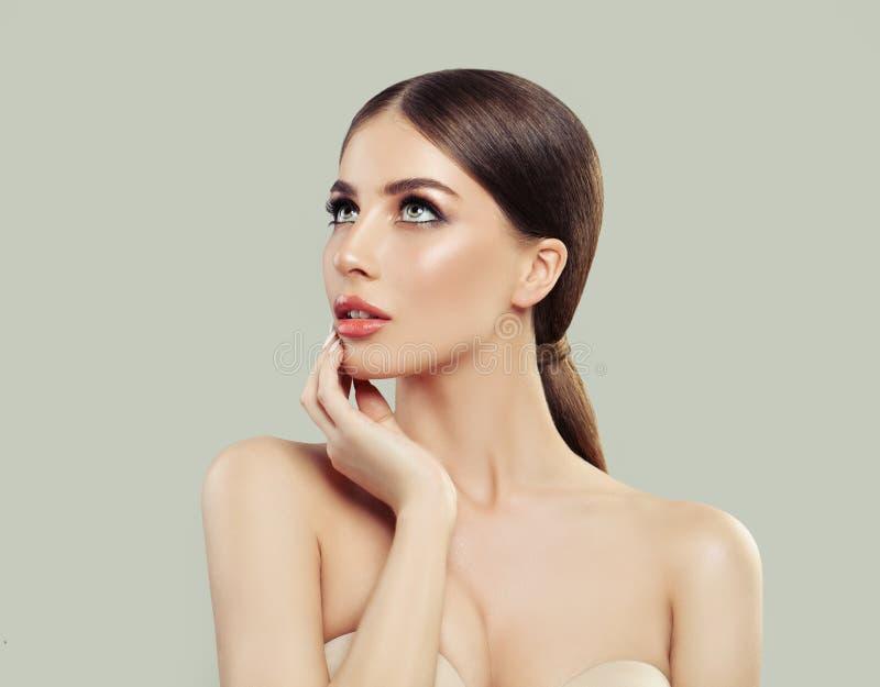 Spa kvinna som ser upp och tänker härlig modell royaltyfri foto