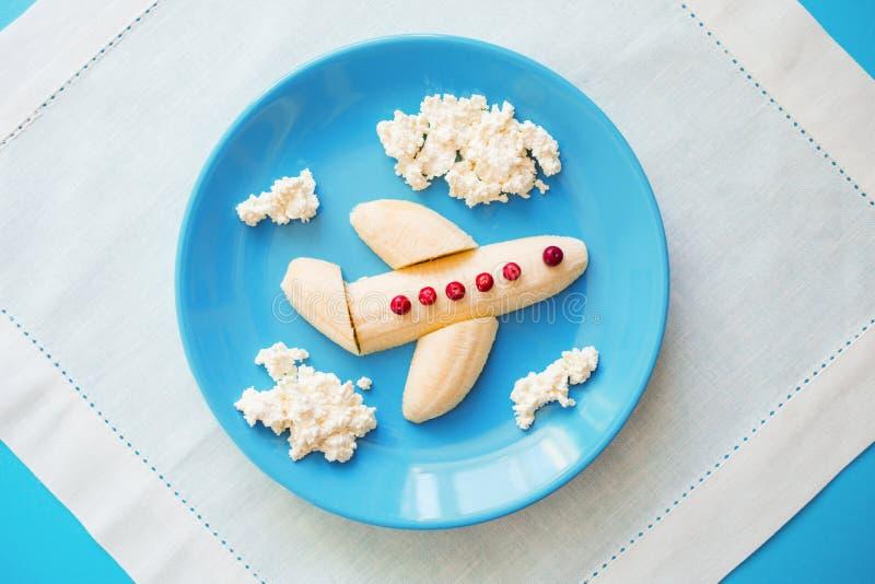 Spa?lebensmittelidee f?r Kinder das Frühstück der Kinder: Fläche hergestellt von der Banane und von Wolken gemacht vom Klumpen au stockfoto