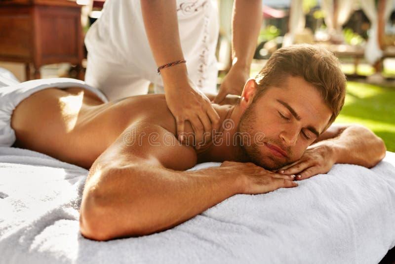 Spa massage för man Man som tycker om koppla av tillbaka den utomhus- massagen arkivbild
