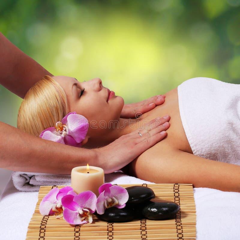 Spa massage. Härlig blond kvinna som får kroppmassage royaltyfria bilder