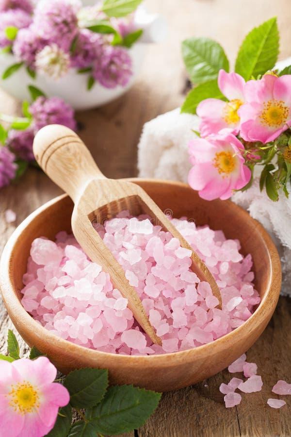 Spa med rosa växt- salt och löst steg blommor arkivbilder