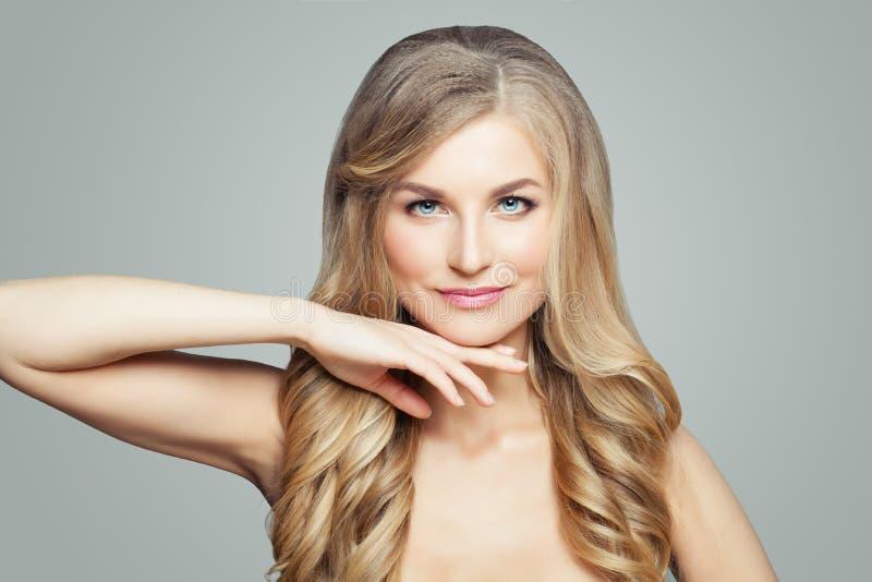 Spa modellkvinna med långt hår och perfekt hud Ansikts- behandling-, brunnsort-, skincare- och cosmetologybegrepp arkivfoto
