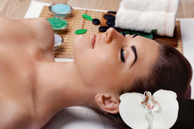Spa N?rbild av en ung kvinna som f?r Spa behandling h?rlig salongbrunnsortkvinna Ung kvinnlig med ren ny hud Hud- och kroppomsorg royaltyfri foto
