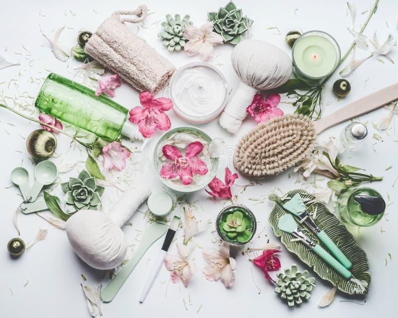 Spa och den lekmanna- inställningen för wellnesslägenhet med blommor, produkter och andra för vattenbunkehud kosmetiska förkropps fotografering för bildbyråer
