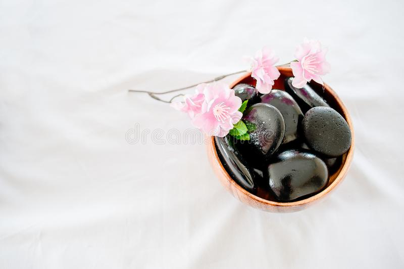Spa och hälsovård med blommor och handdukar Naturprodukter till royaltyfri bild