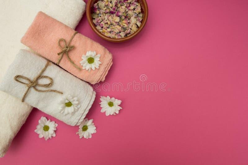 Spa och wellnessinställning med blommor och handdukar royaltyfri bild