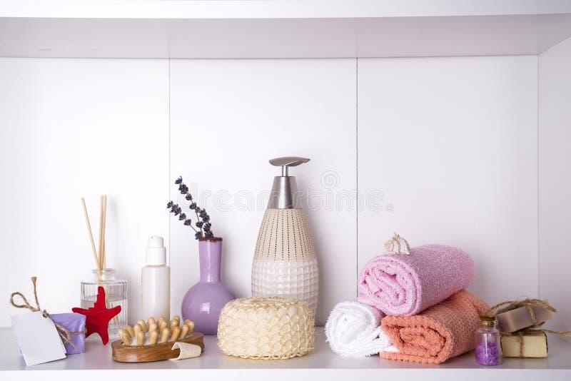 Spa och wellnessinställning med handdukar Dayspa naturprodukter arkivfoton