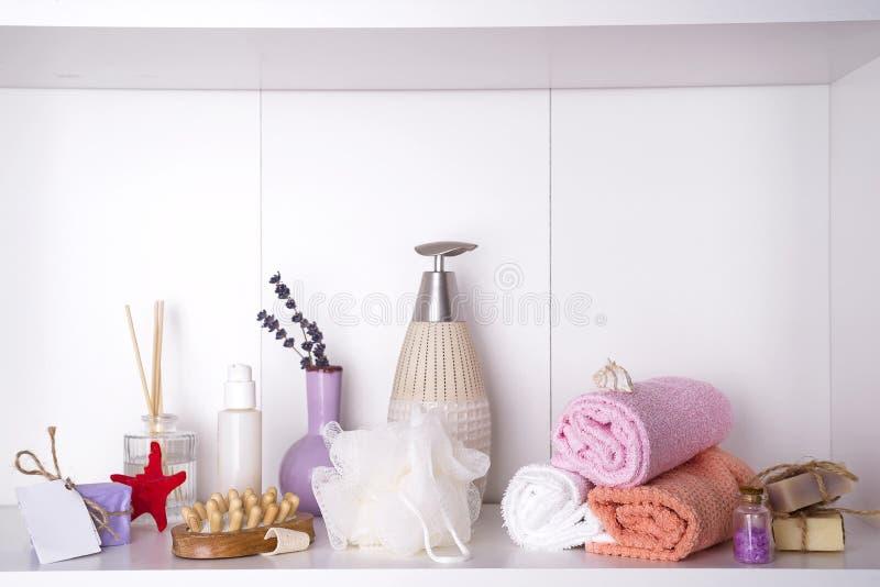 Spa och wellnessinställning med handdukar Dayspa naturprodukter royaltyfria foton